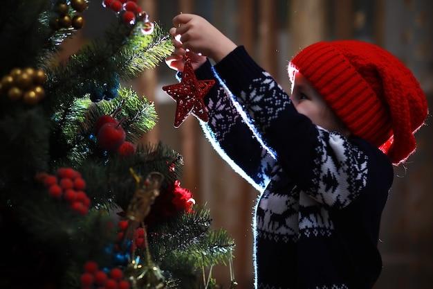 Mała dziewczynka w czerwonym kapeluszu czeka na świętego mikołaja. wesołych i jasnych świąt. urocze dziecko cieszy się świętami bożego narodzenia. santa dziewczynka małe dziecko świętuje boże narodzenie w domu.