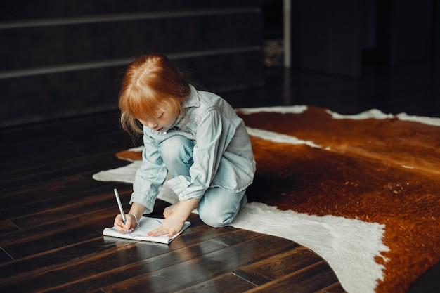 Mała dziewczynka w domu