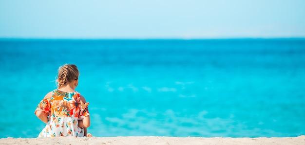 Mała dziewczynka w europejskim mieście na świeżym powietrzu na wyspie mykonos