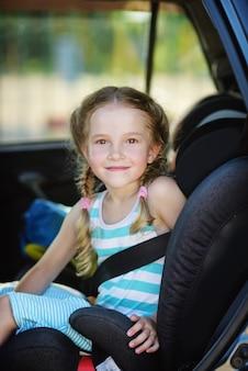 Mała dziewczynka w foteliku w okresie letnim