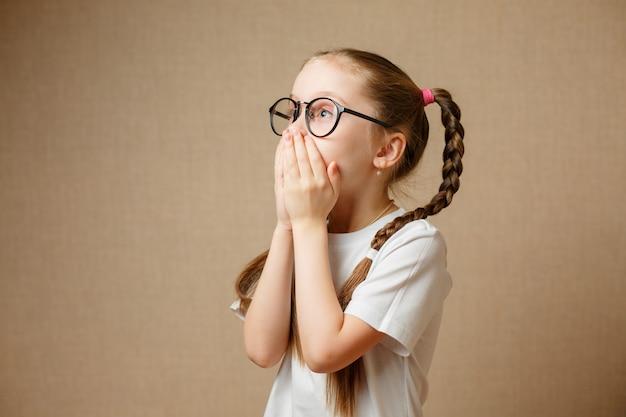 Mała dziewczynka w glases ma zabawa portret