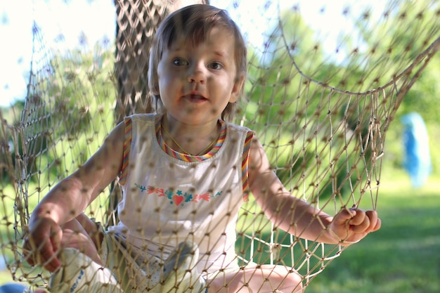 Mała dziewczynka w hamaku w lecie