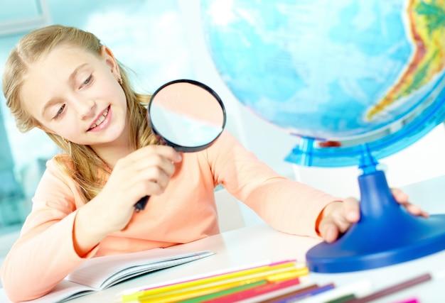 Mała dziewczynka w klasie geografii