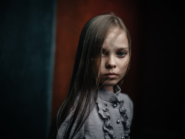Mała dziewczynka w koszuli pozuje studio mody