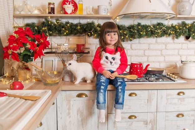 Mała dziewczynka w kuchni na boże narodzenie