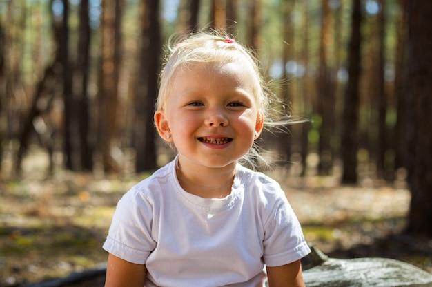 Mała dziewczynka w lesie. spaceruj z rodzicami. spacer z rodzicami.