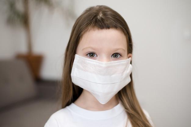 Mała dziewczynka w masce medycznej