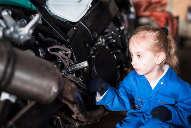 Mała dziewczynka w ogólnym inspekcyjnym rowerze