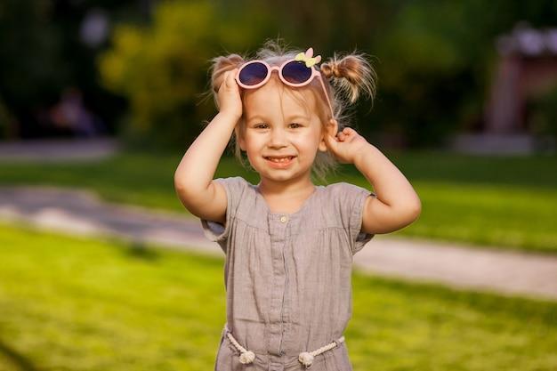 Mała dziewczynka w okularach przeciwsłonecznych