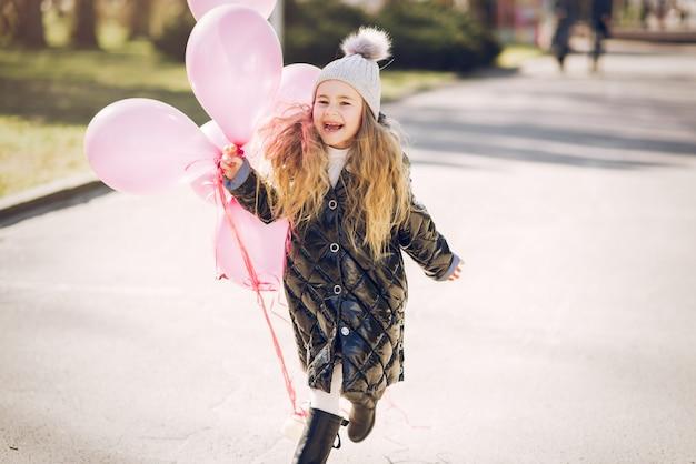 Mała dziewczynka w parku bawić się na trawie
