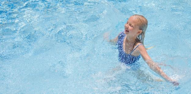 Mała dziewczynka w pływackim basenie