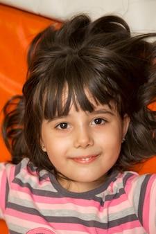 Mała dziewczynka w pokoju zabaw
