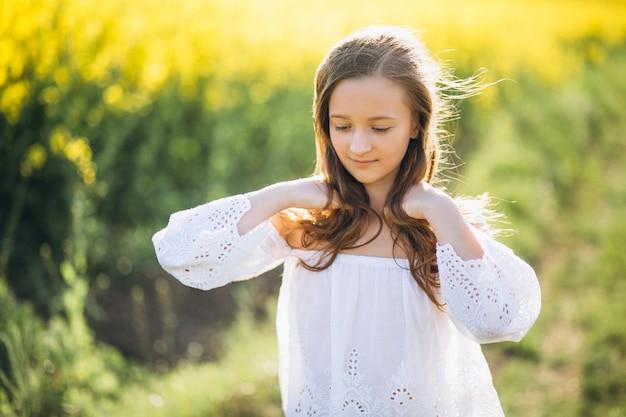 Mała dziewczynka w polu