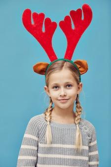 Mała dziewczynka w poroże jelenia