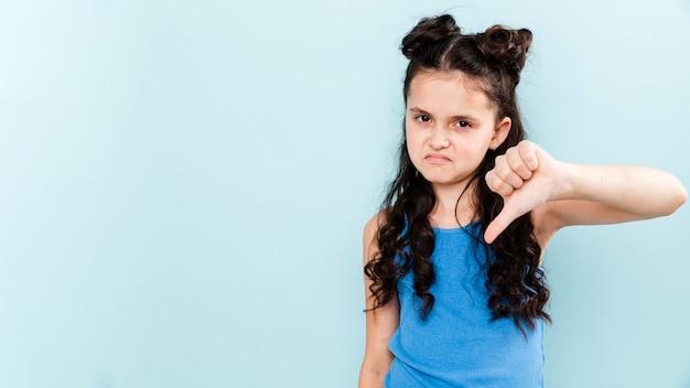Mała dziewczynka w przeciwieństwie do pozy