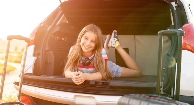 Mała dziewczynka w samochodzie