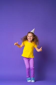 Mała dziewczynka w skokach kapelusz strony
