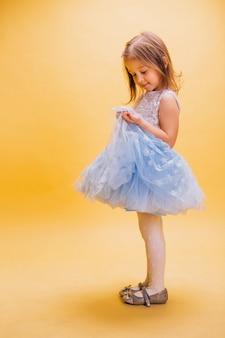 Mała dziewczynka w ślicznej sukni