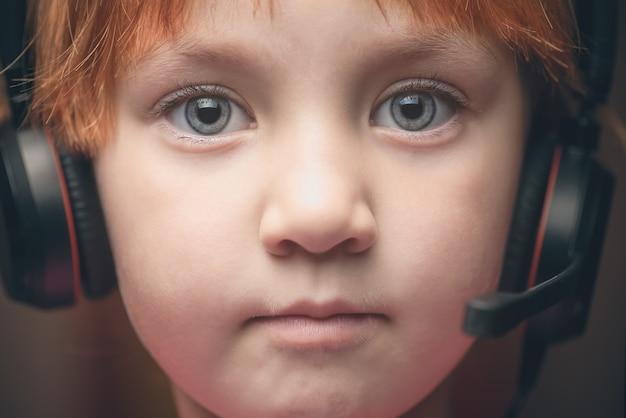 Mała dziewczynka w słuchawkach z mikrofonem.