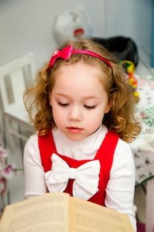Mała dziewczynka w studiu z książką