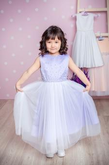 Mała dziewczynka w sukni księżniczki