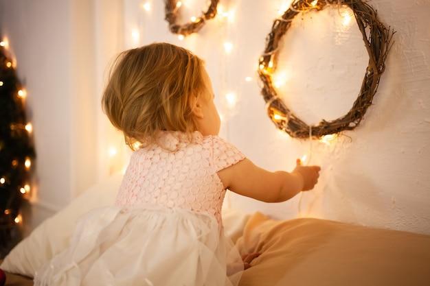 Mała dziewczynka w świątecznym studio. żółte światła, kochanie.