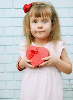 Mała dziewczynka w świątecznym wystroju na walentynki