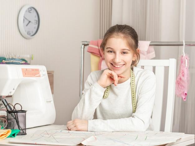 Mała dziewczynka w szwalnym warsztacie