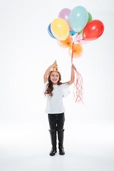 Mała dziewczynka w urodzinowym kapeluszu