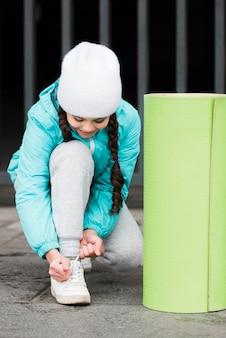 Mała dziewczynka wiązanie sznurówki do butów