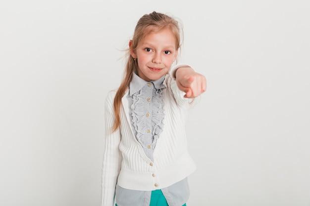 Mała dziewczynka wskazuje w kierunku ciebie