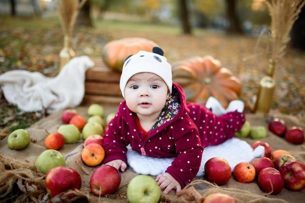 Mała dziewczynka wybiera jabłko do pierwszego karmienia