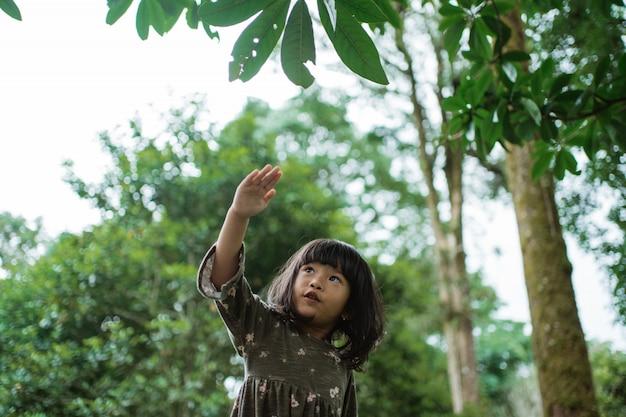 Mała dziewczynka wyobraża sobie granie w samolot rękami