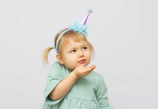 Mała dziewczynka wysyłająca buziaka ręką