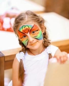 Mała dziewczynka z animowaną metamorfozą w centrum rozrywki