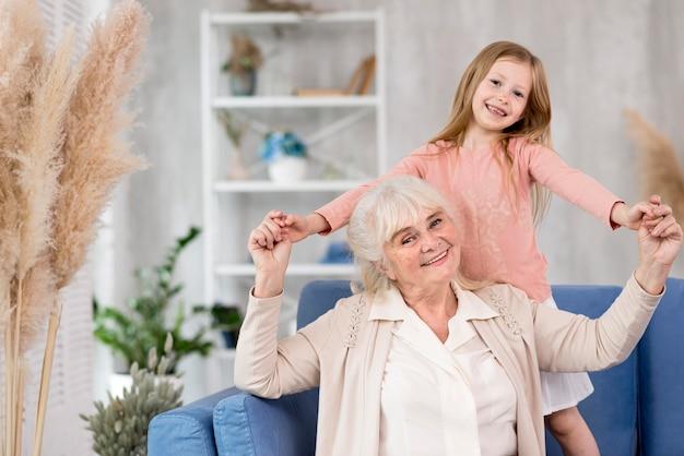 Mała dziewczynka z babcią w domu