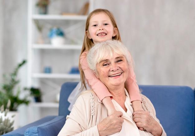 Mała dziewczynka z babcią wpólnie