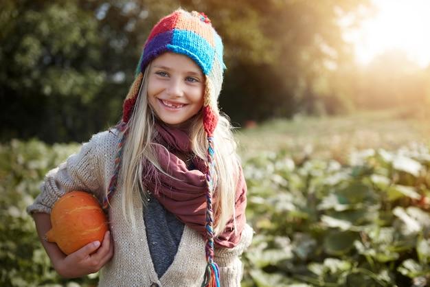 Mała dziewczynka z banią w polu