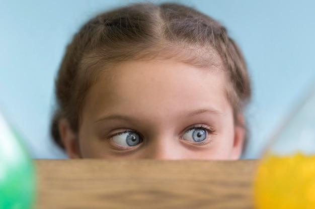 Mała dziewczynka z bliska