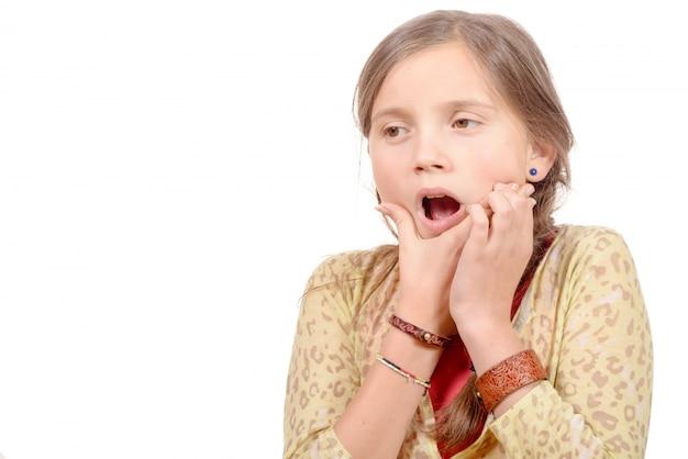 Mała dziewczynka z bólem zęba na białym tle
