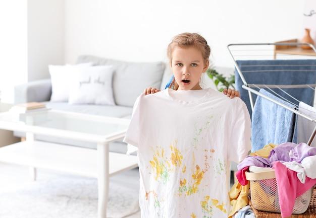 Mała dziewczynka z brudną bielizną w domu