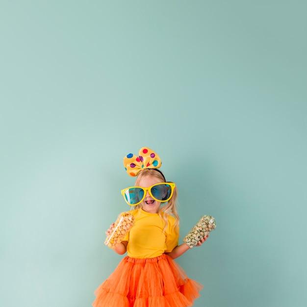 Mała dziewczynka z dużymi okularami przeciwsłonecznymi i miejscem na kopię
