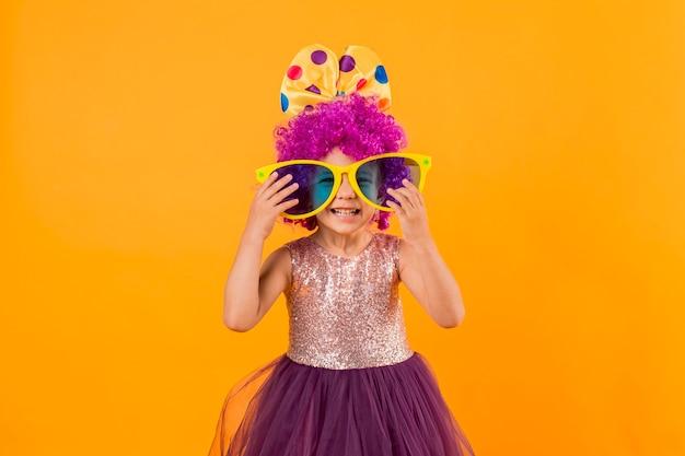 Mała dziewczynka z dużymi okularami przeciwsłonecznymi i tutu