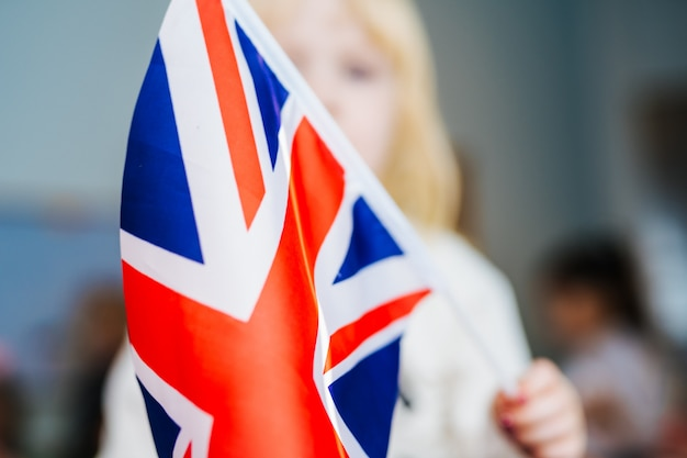 Mała dziewczynka z flaga zjednoczone królestwo