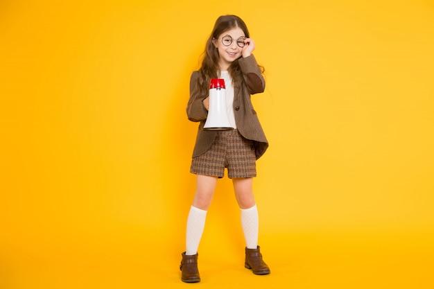 Mała dziewczynka z głośnikiem