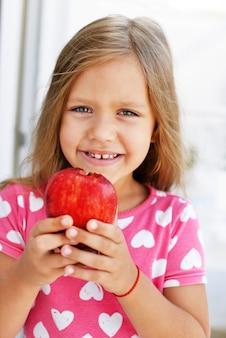 Mała dziewczynka z jabłkiem