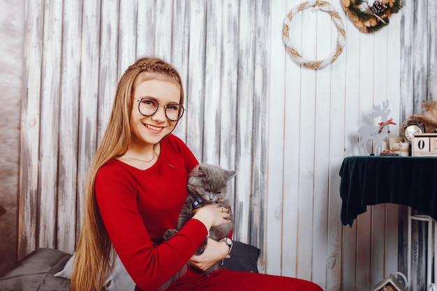Mała dziewczynka z kotem
