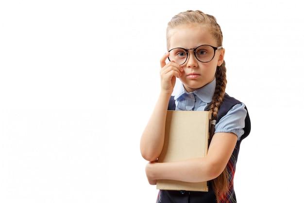 Mała dziewczynka z książką odizolowywającą na białym tle
