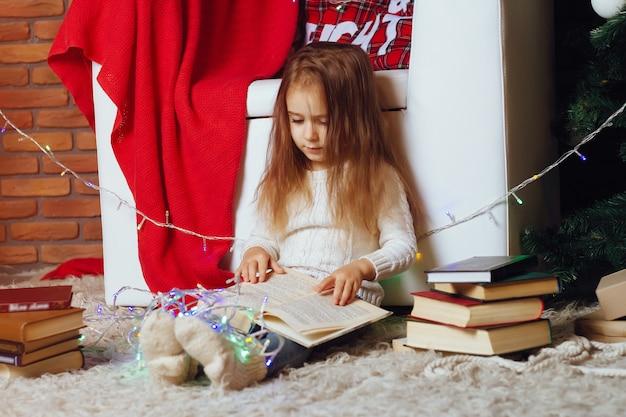 Mała dziewczynka z książką