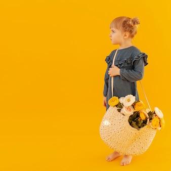 Mała dziewczynka z kwiatu koszem